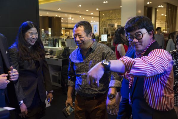 Kong Piya, TV Star, and Jaew Waew, Movie Director, are Bubble